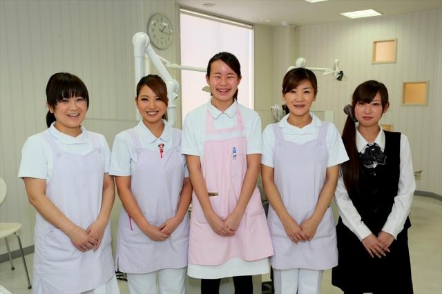 歯科は大人の方でも緊張するものです。不安な気持ちを静め、リラックスしていただけるように、スタッフ一同、患者さんには明るく親切な応対を心がけております