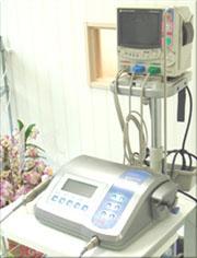 術中モニタリング 患者さんには、持病をお持ちの方もいらっしゃいます。安全に手術を行うため、患者さんの血圧や血中酸素濃度、心電図をモニターする装置です。